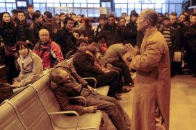 chinese-monk-prays-for-dead-man-discovered-in-shanxi-taiyuan-train-station-waiting-hall-03