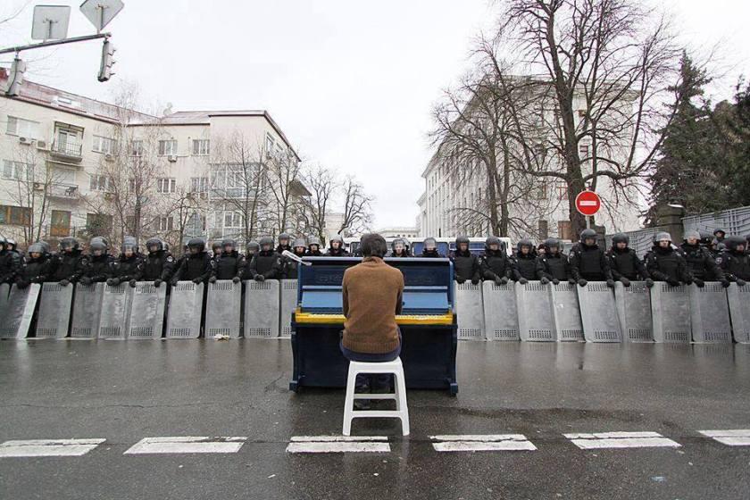 Man playing piano to riot police -Ukraine