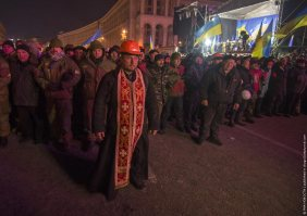 Priest defending rioters from police forces, Kiev, Ukraine. Photo by drugoi.livejournal.com