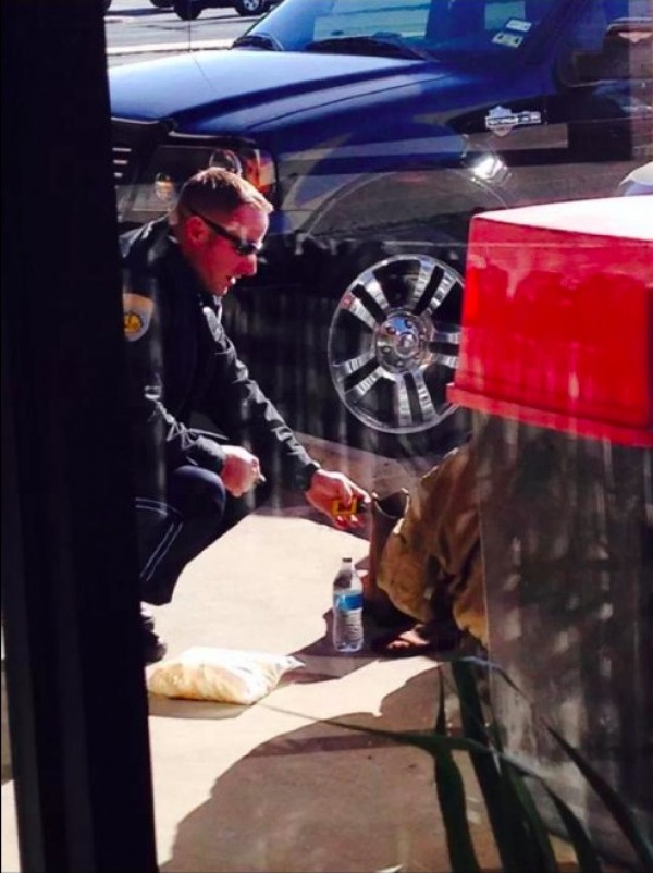 cop-Cpl. Jeremy Walsh helps-homeless