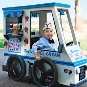 The loving daddy who built this ice cream truck Halloween costume around his son's wheelchair.