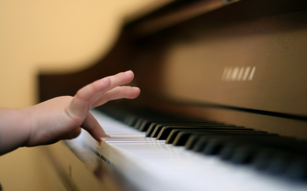 child-finger-playing-piano-254460