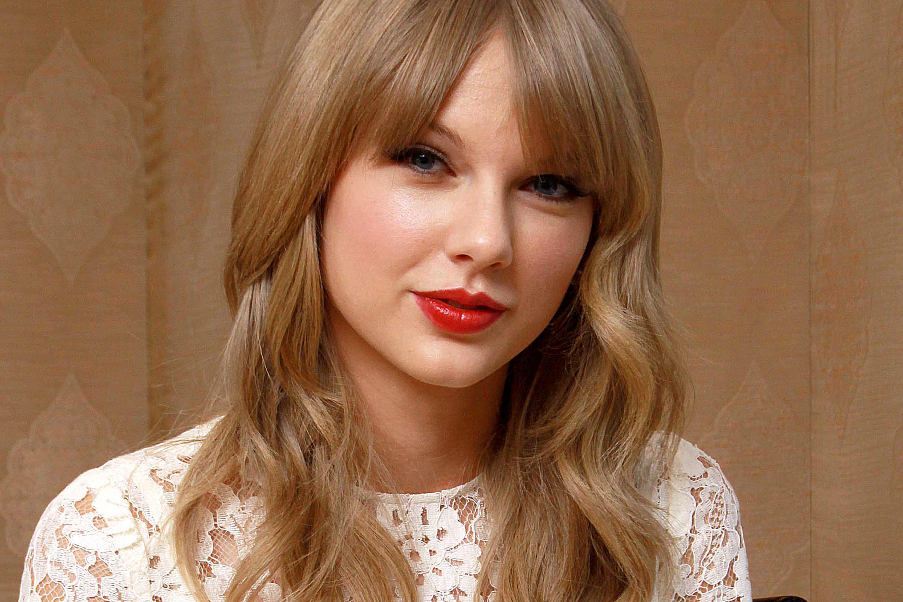 Taylor Swift Writes a Heartfelt Message to a Bullied Fan - Cute Ponytail Hairstyles