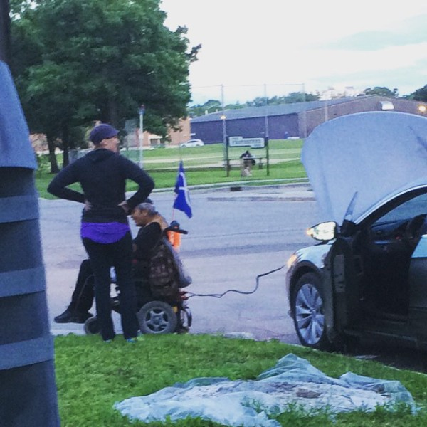 His Power Wheelchair Died When it Ran out of Juice But a Kindly Stranger Pulled Over to Give him a Boost