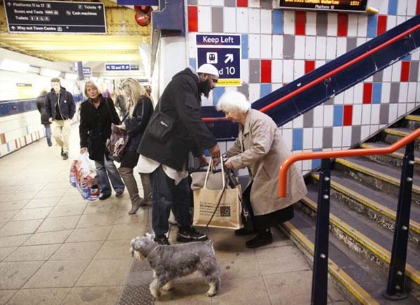 A man stopped running to catch his train to help an older woman who was struggling with her bags.