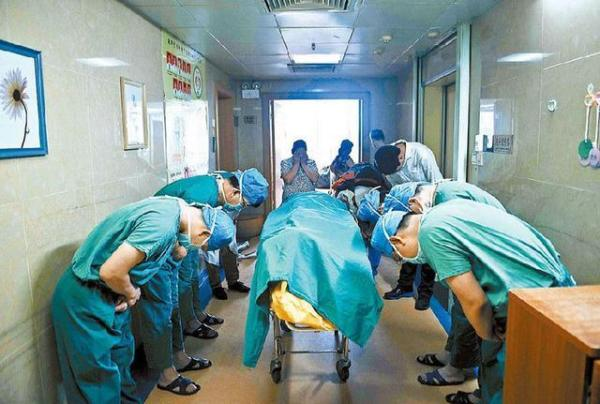 Doctors in China paying respects to an 11 year old boy who personally decided to donate his organs so that others may live and do great things