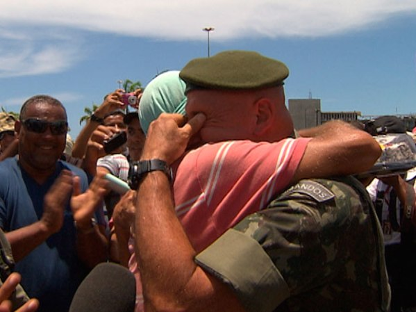 one of the commanders of the Brazilian Army, general Gonçalves Dias, asked the protesters in strike to please not fight, since it was his birthday.